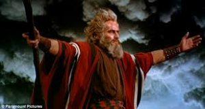Le bâton de Moïse lui permet d'accomplir des miracles