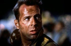 Parmi les otages, il y a la femme de John McClane. Cela ajoute tout de suite un enjeu dramatique bienvenu au récit.